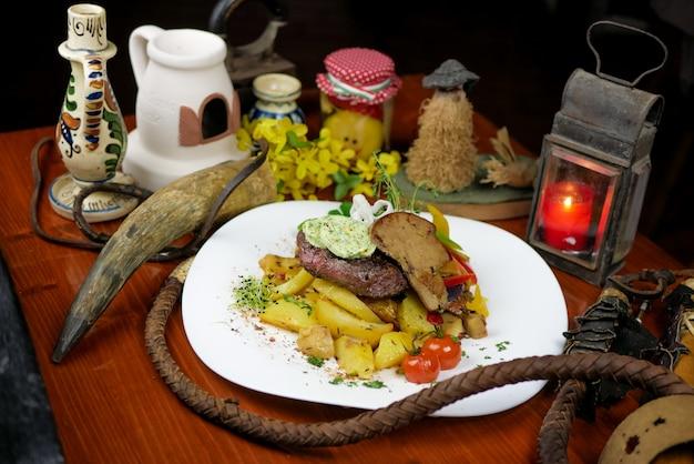 Piatto di manzo in un ristorante
