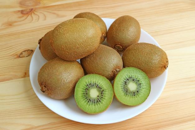 Piatto di molti kiwi maturi freschi