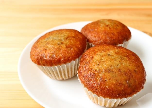 Piatto di muffin alla banana servito sul tavolo di legno
