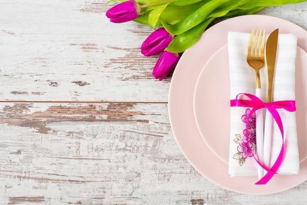 Piatto di nozze sul tavolo rustico