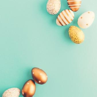 Piatto di pasqua di uova su turchese