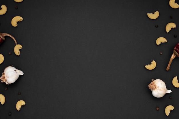 Piatto di pasta cruda con ingredienti e copia spazio
