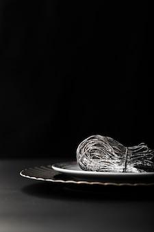Piatto di pasta scura su uno sfondo scuro