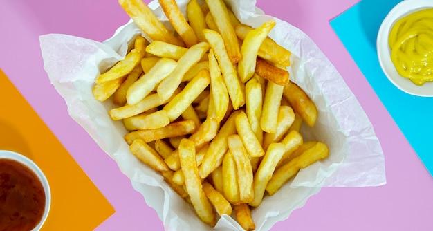 Piatto di patate fritte con senape e ketchup