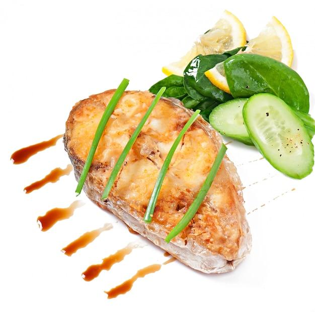 Piatto di pesce - filetto di pesce fritto con verdure