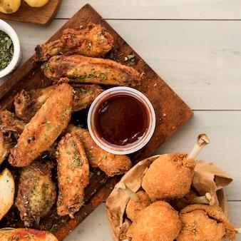 Piatto di pezzi di pollo piccante con salsa