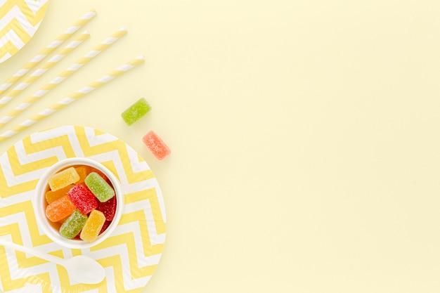 Piatto di plastica e cannucce per la festa sul tavolo