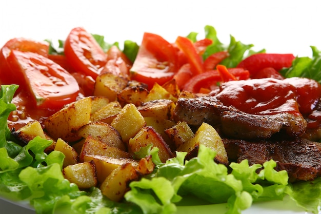 Piatto di pomodori con peper e insalata