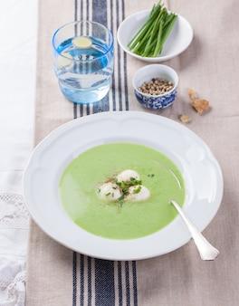 Piatto di purea di verdure con asparagi