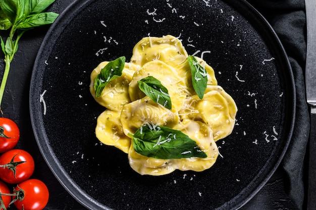 Piatto di ravioli con parmigiano e basilico