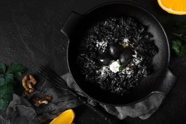 Piatto di riso nero e noci