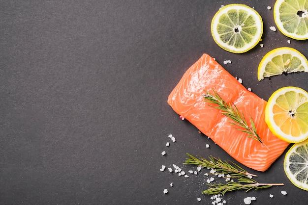 Piatto di salmone con erbe e spezie