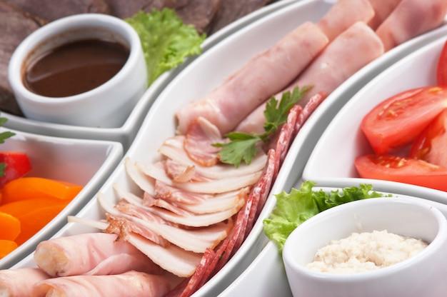 Piatto di salsicce assortite e verdure