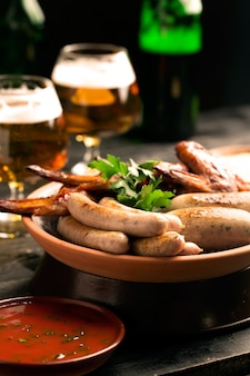 Piatto di salsicce e bicchiere di birra