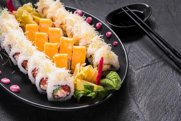 Piatto di sushi al ristorante asiatico