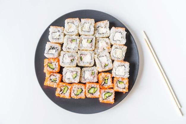 Piatto di sushi con le bacchette topview