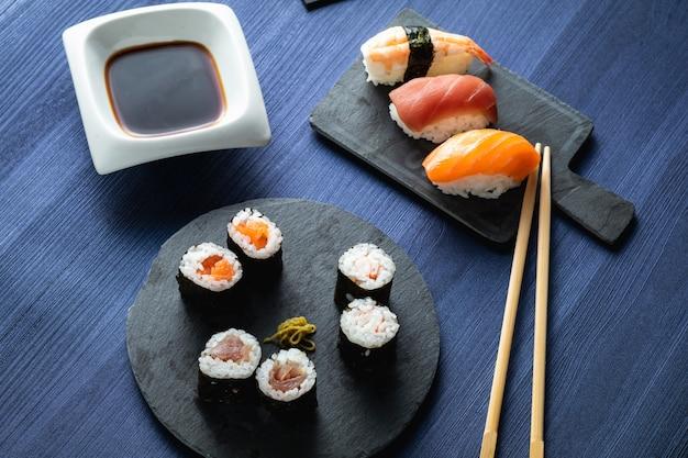 Piatto di sushi vario sulla tavola di legno