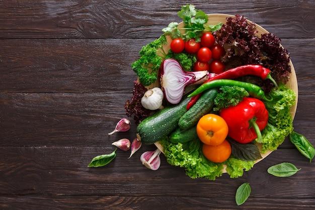 Piatto di verdure fresche su legno con copia spazio