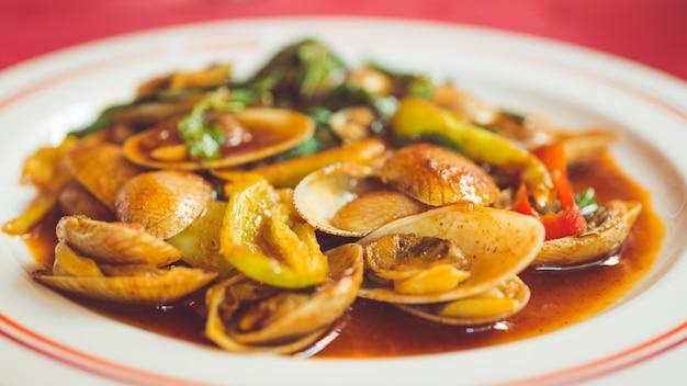 Piatto di vongole con salsa