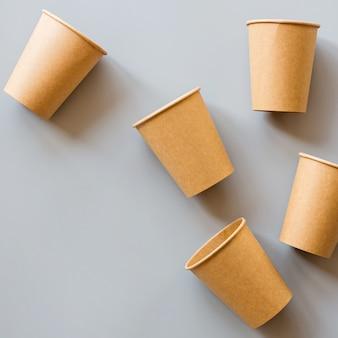 Piatto disteso con bicchieri di carta