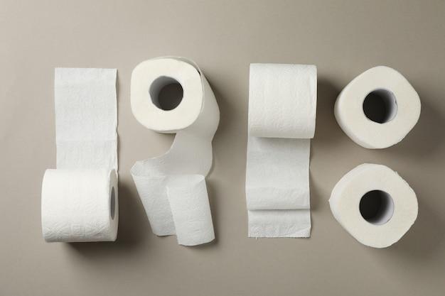 Piatto disteso con carta igienica sul tavolo grigio, vista dall'alto