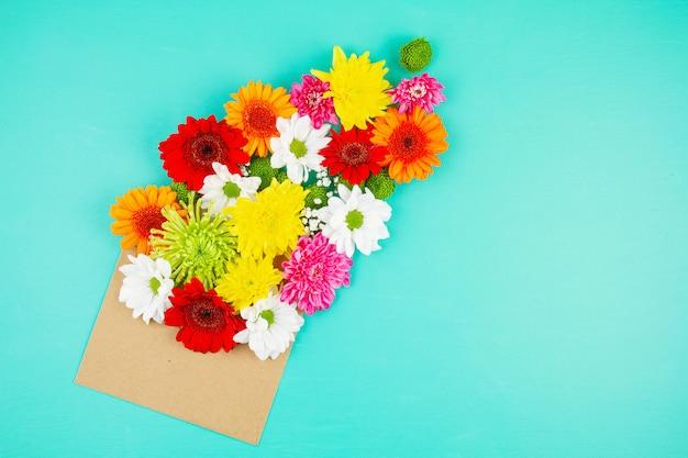 Piatto disteso con fiori nei colori primaverili ed estivi