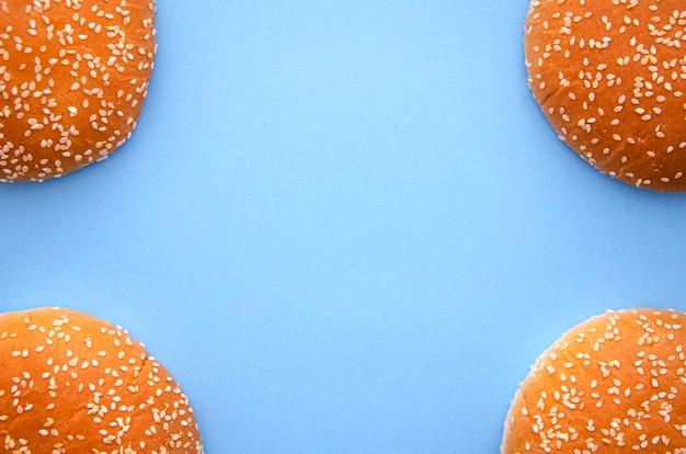 Piatto disteso con hamburger e copia spazio