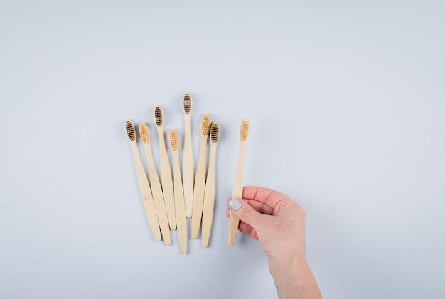 Piatto disteso con spazzolini da denti in bambù