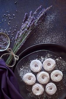 Piatto disteso con un piatto di marshmallow fatti in casa (zephyr)