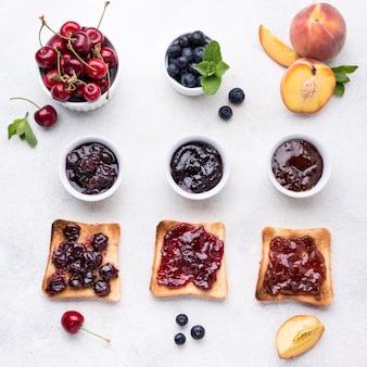 Piatto disteso deliziosa marmellata di frutta sul pane