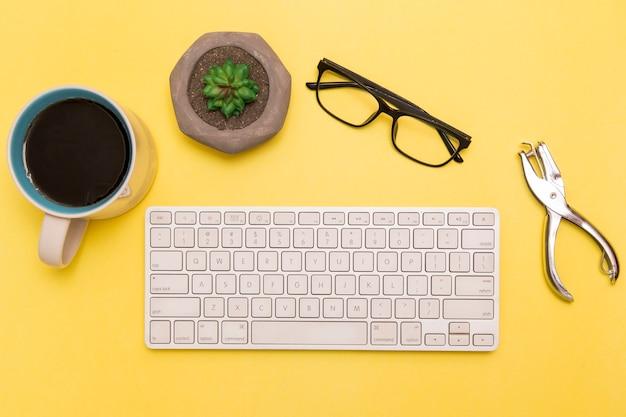 Piatto disteso della tastiera con caffè e tosatrici