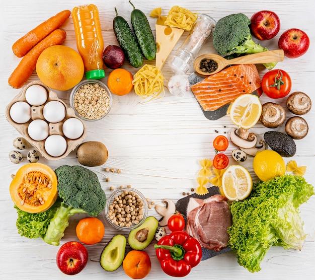 Piatto disteso di assortimento di frutta e verdura