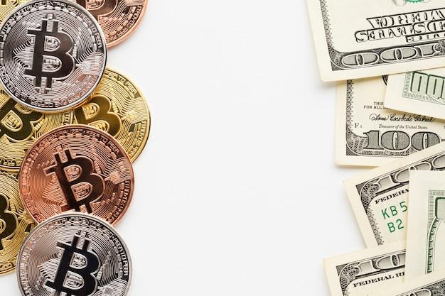 Piatto disteso di bitcoin e carta moneta