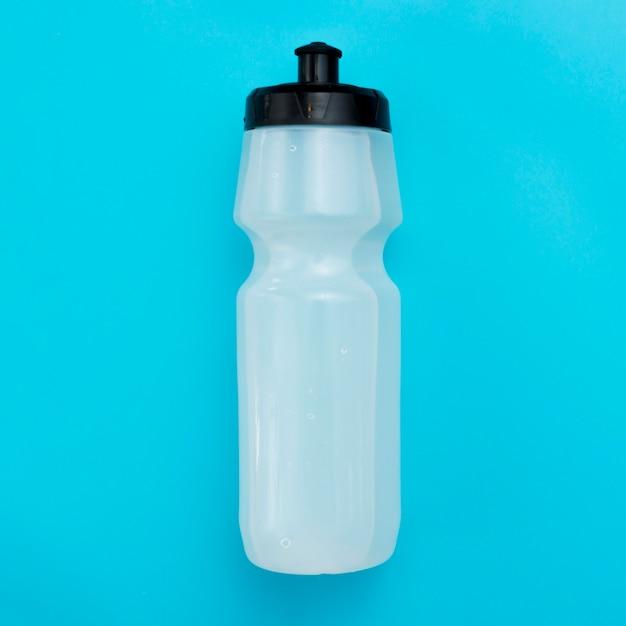 Piatto disteso di bottiglia d'acqua
