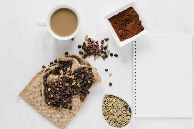 Piatto disteso di caffè con notebook mock-up
