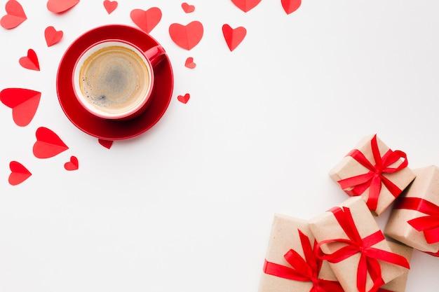 Piatto disteso di caffè e regali per san valentino
