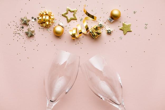 Piatto disteso di celebrazione. bicchieri di champagne e decorazioni natalizie