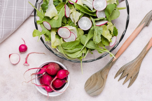 Piatto disteso di ciotola di insalata con ravanello