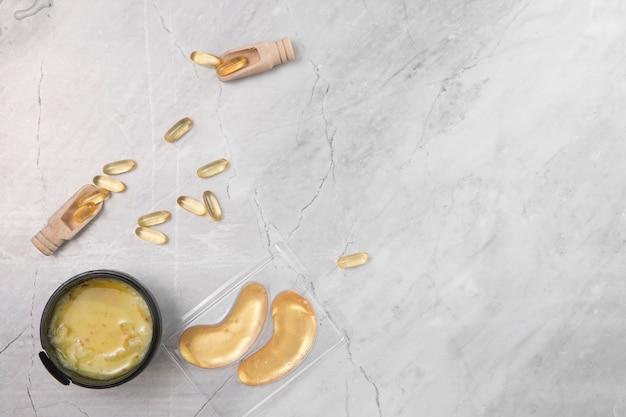 Piatto disteso di crema su sfondo di marmo