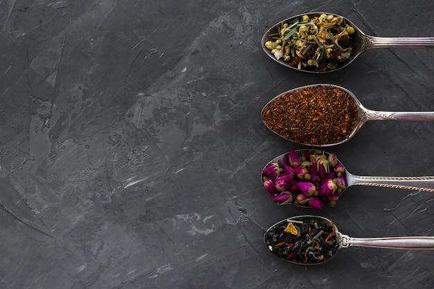 Piatto disteso di cucchiai d'argento con spezie