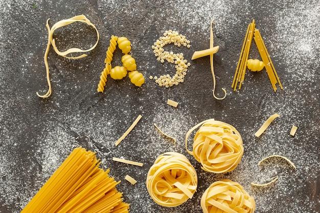 Piatto disteso di diversi tipi di pasta