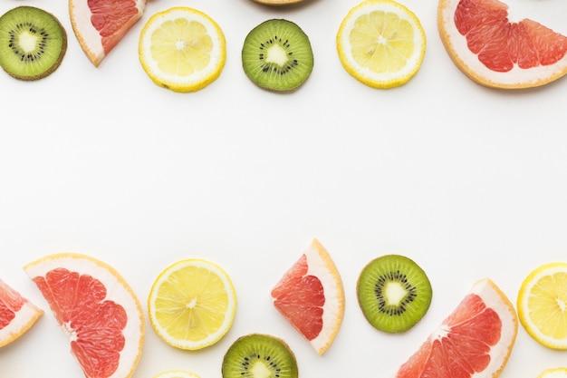 Piatto disteso di frutta con spazio di copia