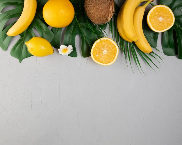 Piatto disteso di frutti su sfondo chiaro