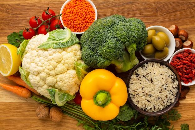 Piatto disteso di generi alimentari e spezie