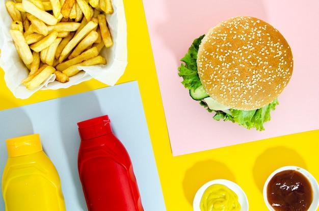 Piatto disteso di hamburger con patatine fritte