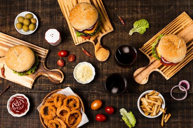 Piatto disteso di hamburger e anelli di cipolla