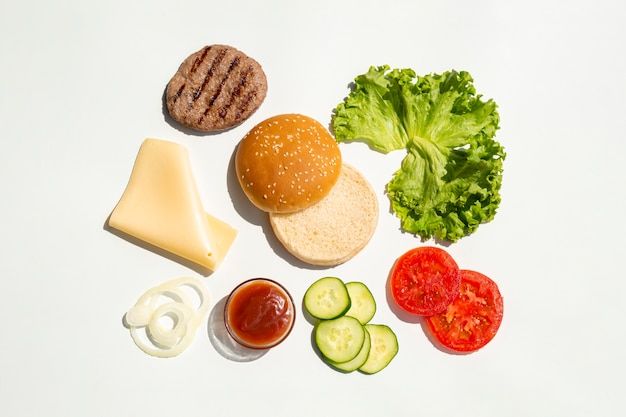 Piatto disteso di ingredienti per hamburger