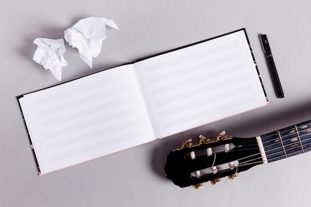 Piatto disteso di libro aperto per note musicali