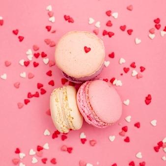 Piatto disteso di macarons per san valentino