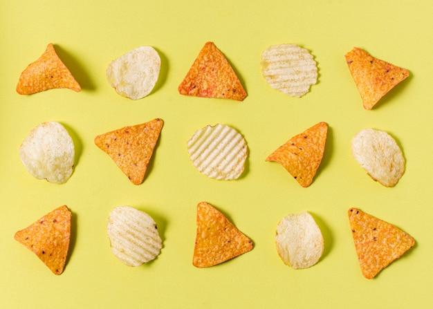 Piatto disteso di nacho chips con patatine fritte